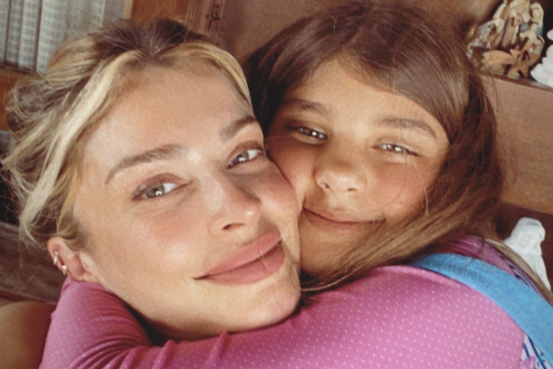 Grazi Massafera ganha abraço e se derrete pela filha, Sofia